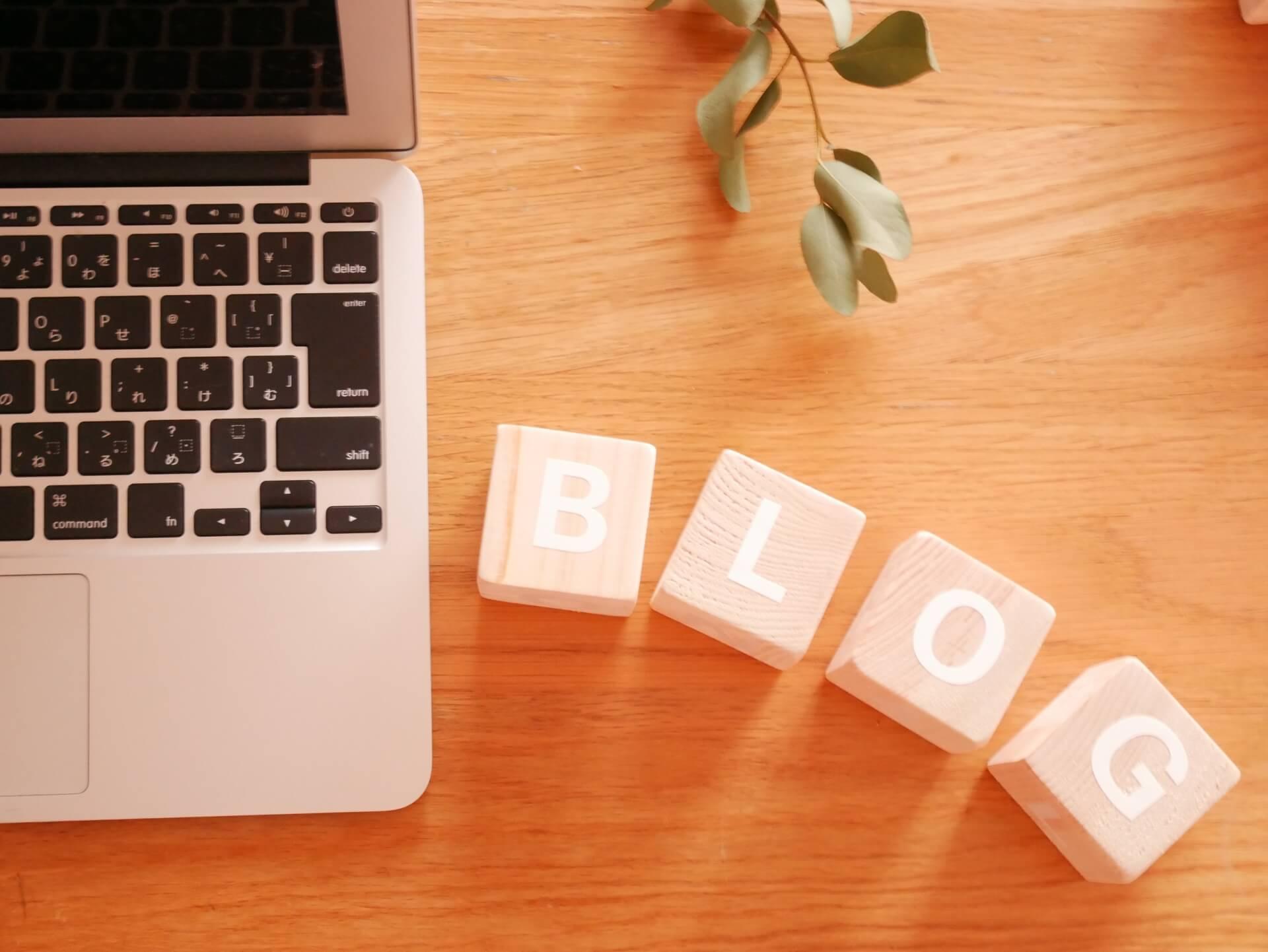 パソコンの横にブログという英語の言葉